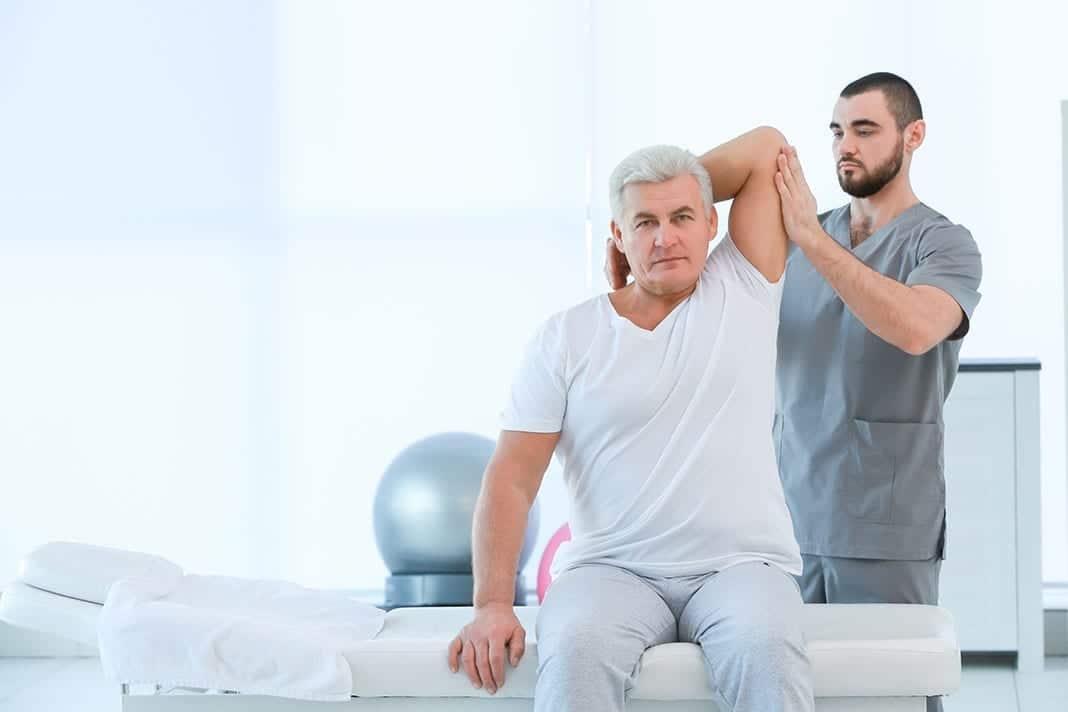 PHYSIOTherapie 4.0 Mehr Zeit für das Wesentliche - älterer Trainierender bei Bewegungstherapie