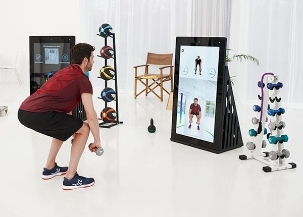 Mann trainiert an der Pixformance Station, digitales Trainingsgerät für funktionelles Training