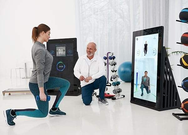 Patientin und Therapeut beim Training an der Pixformance Station, eHealth, Telereha