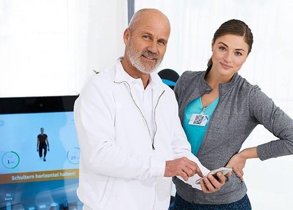 Therapeut und Patientin vor der korrigierenden Pixformance Station