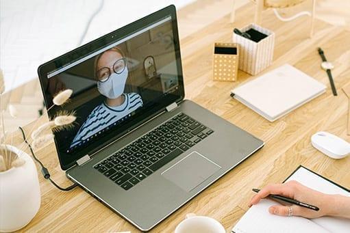 Videosprechstunde mit Mundschutz während der Coronakrise
