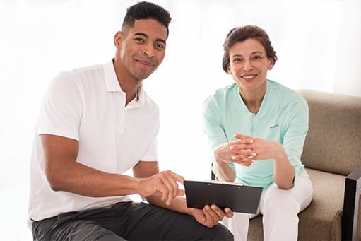 Digitale Angebote für Patienten und Therapeuten. Übersicht der Therapiefortschritte auf einem Tablet.