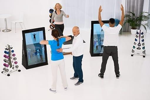 Digitale Unterstützung und Entlastung für Therapeuten:Patienten einer Physiotherapiepraxis trainieren digital mit Pixformance