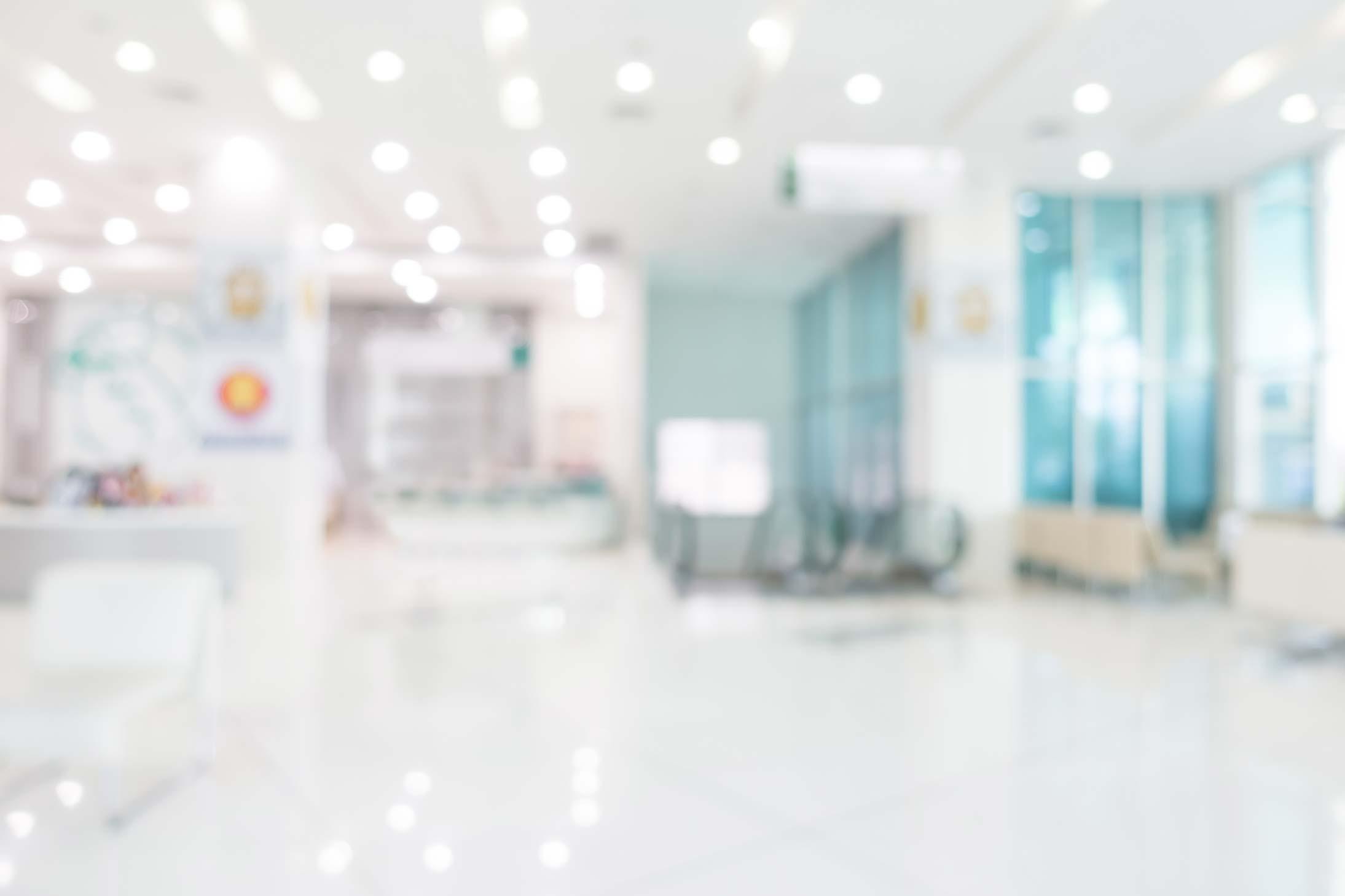 Bewegungsaktivierung: Man sieht einen Flur einer Reha-Klinik in unscharfer Darstellung